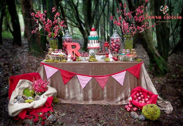 mesa de cumpleaños infantil en el bosque