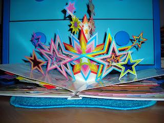 Viele bunte Sterne als Pop-up Bild in einem Buch
