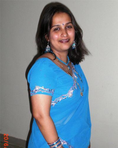 Desi Hot Aunty in Saree