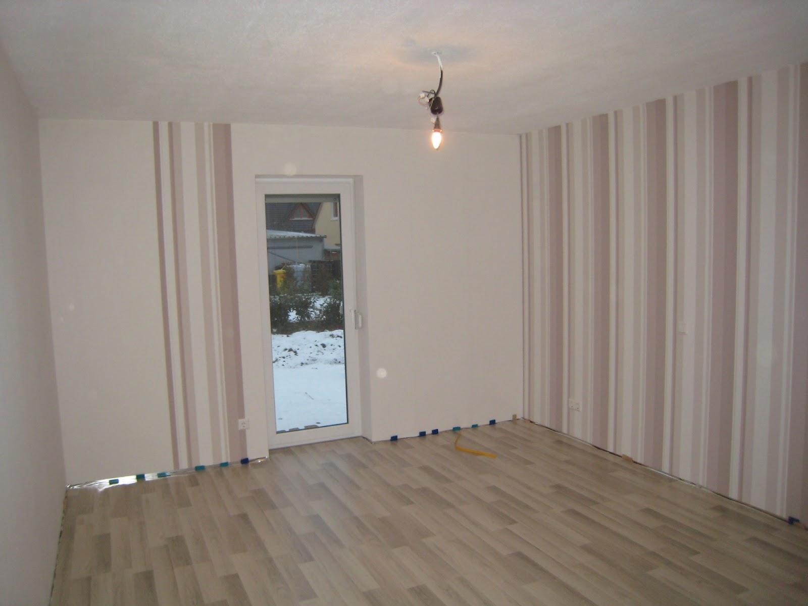 stein auf stein das haus wird bald fertig sein laminat im schlafzimmer gelegt. Black Bedroom Furniture Sets. Home Design Ideas