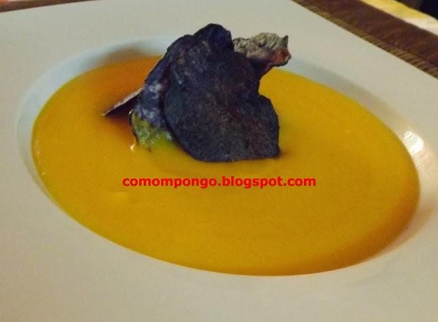 Crema de zanahorias y chip de patata morada