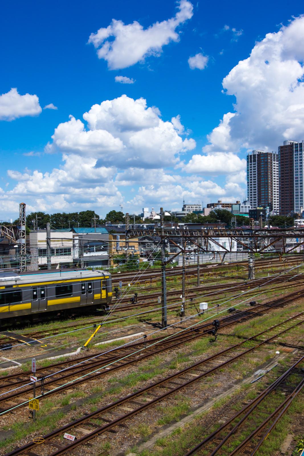 三鷹電車車庫跨線橋から撮影した線路と青空の写真