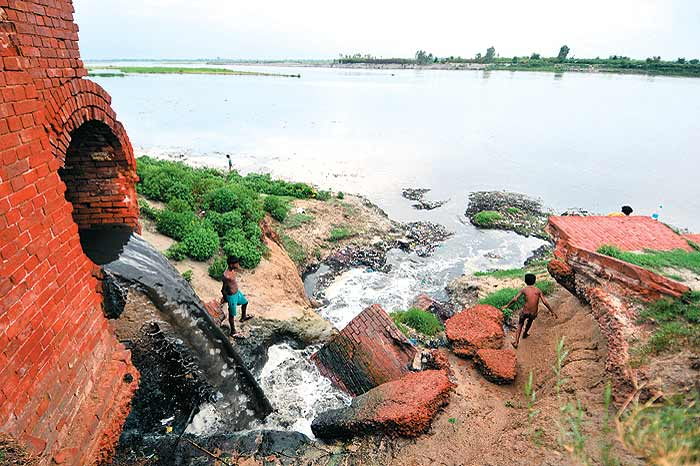 save the ganga in hindi After a 32-year-old legal battle, the ngt on thursday ordered a rs 50,000 penalty for dumping waste in the river.