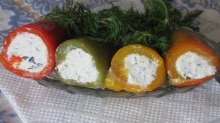 перец свернут в рулетики, начинка творожная с сыром