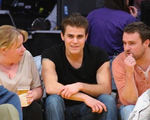 TVD: Nuevas fotos de Paul Wesley y Julie Plec en el Juego de Los Lakers (18/12/12)