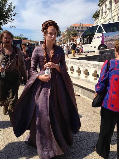 Sansa y Dontos dirigiéndose al rodaje de Juego de Tronos - Juego de Tronos en los siete reinos
