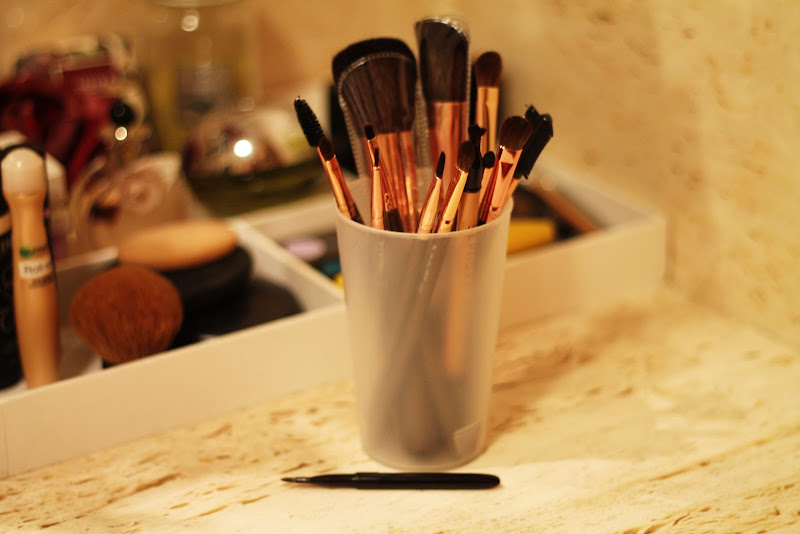makeup organization tips - makeup brushes