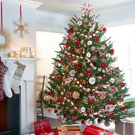 Коледна елха с червени украшения