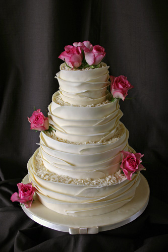 Decorate wedding cakes with fresh flowers