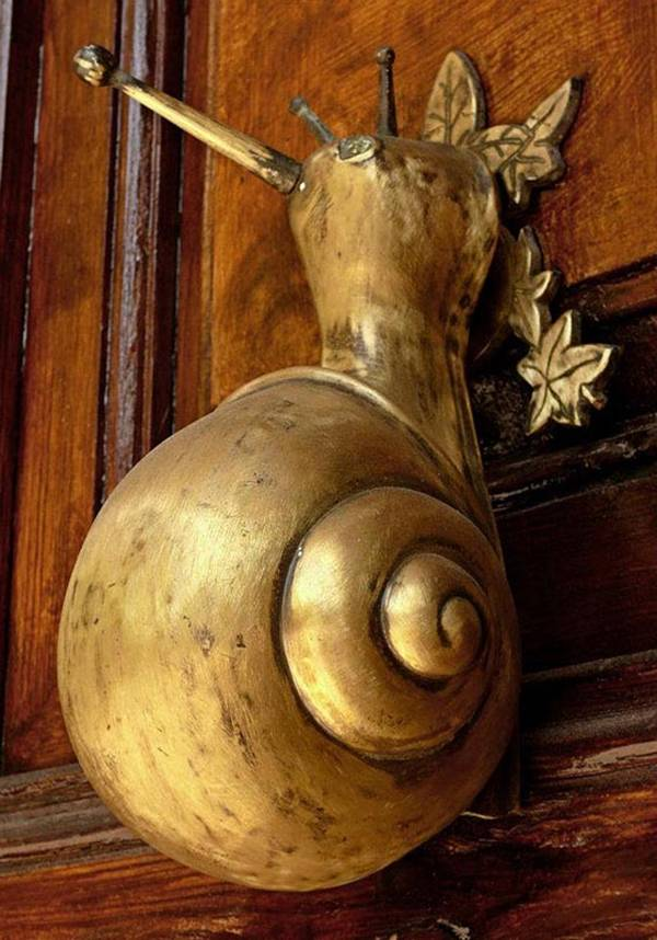Door knockers are not very popular in our country. It is more practical to use the phone. But it also does a door knocker in such an original adaptation that is better seen as a design element. We found 24 interesting options.