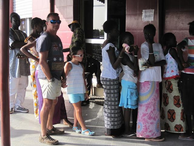 Cola en la exitosa panadería de Saly regentada por Libaneses (Senegal)