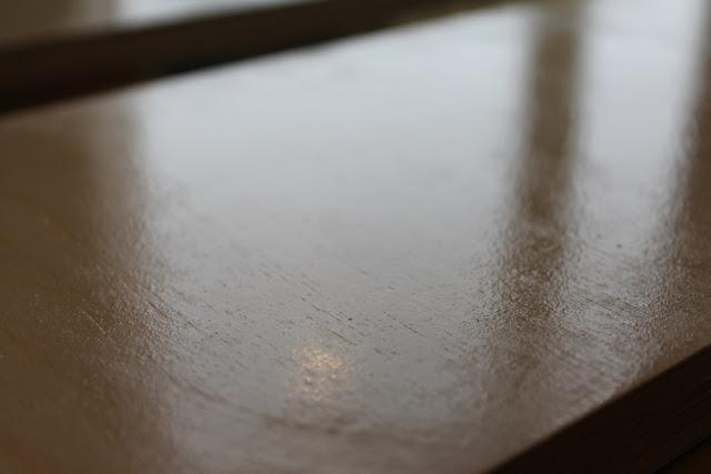 Покраска мебели своими руками  Шершавая поверхность дерева после нанесения 1-го слоя грунта