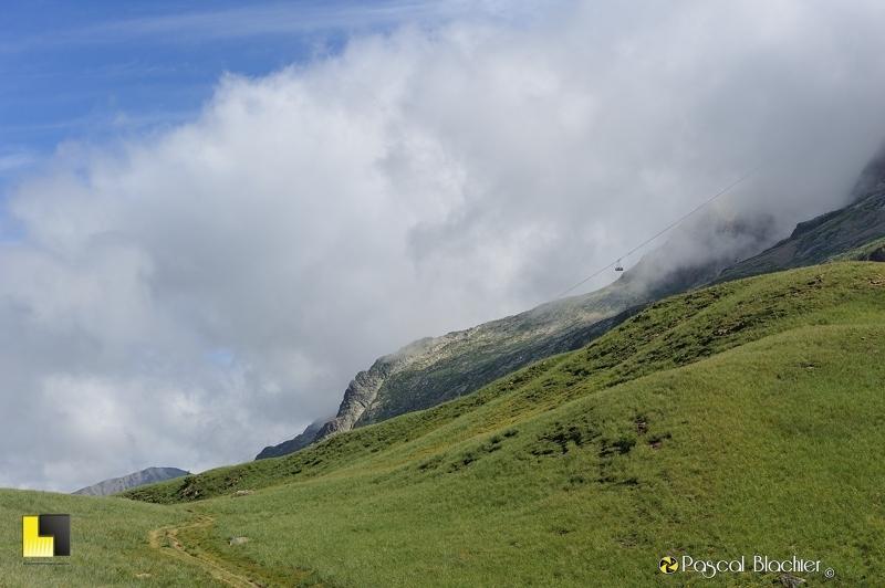 le téléphérique du lac Blanc dans les nuages photo pascal blachier