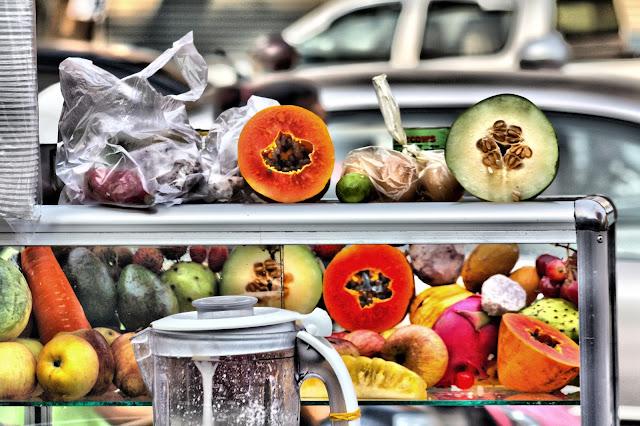 Boisson composée de glace pilée, de lait concentré, de sirop de sucre et de morceaux de fruits ou légumes. Boisson consistante et très populaire chez les Cambodgiens. Les stands de vente de tokoloks, qui proposent aussi fréquemment des sandwichs ou des oeufs, apparaissent sur les trottoirs de la ville aux alentours de 16 heures et restent ouverts tard dans la nuit.
