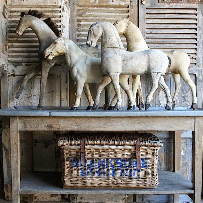 Wnętrze z dekoracja koni