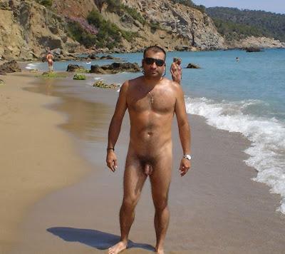 Hommes nus à la plage