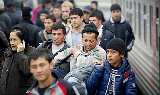 Мигранты на вокзале в России фото