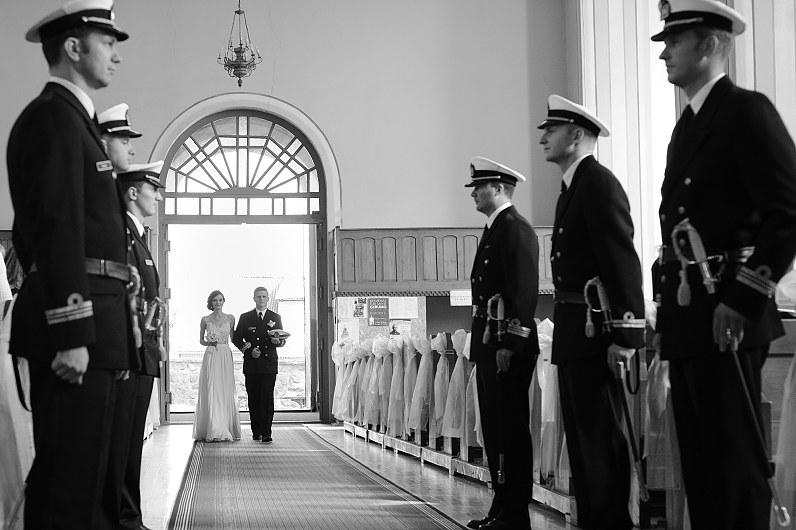 karininkas veda nuotaką prie altoriaus