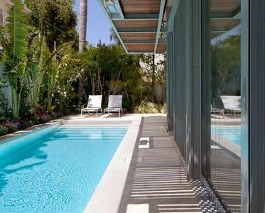 Fotos de piscinas piscinas angostas for Patios modernos con piscina
