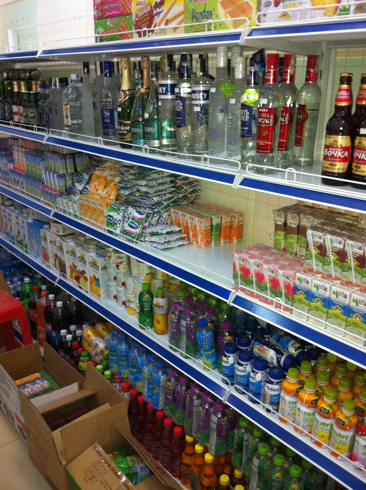 giá kệ siêu thị tại cửa hàng