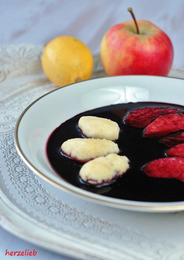 Fliederbeersuppe mit Grießklößchen - ein Teller heiße Suppe