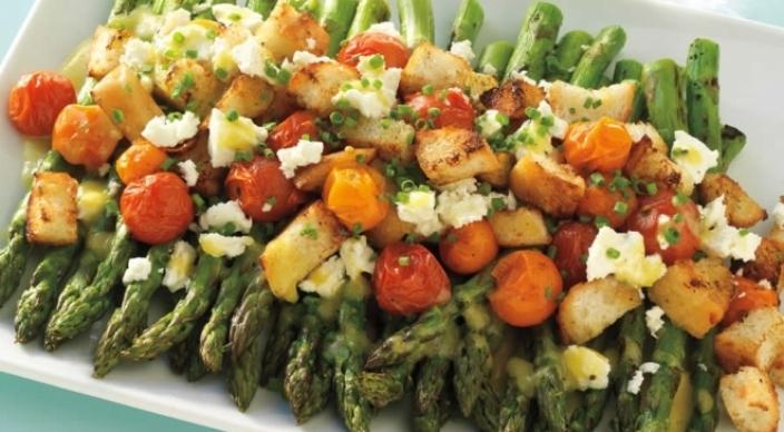 アスパラガスとトマトのサラダのフェタチーズ乗せ
