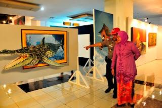 walikota melihat lukisan mural