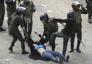wanita mesir dipukul polis