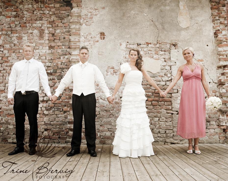 Bryllupsbilder fra Eidsfoss utenfor pusserstallen, bryllupsfotograf Trine Bjervig