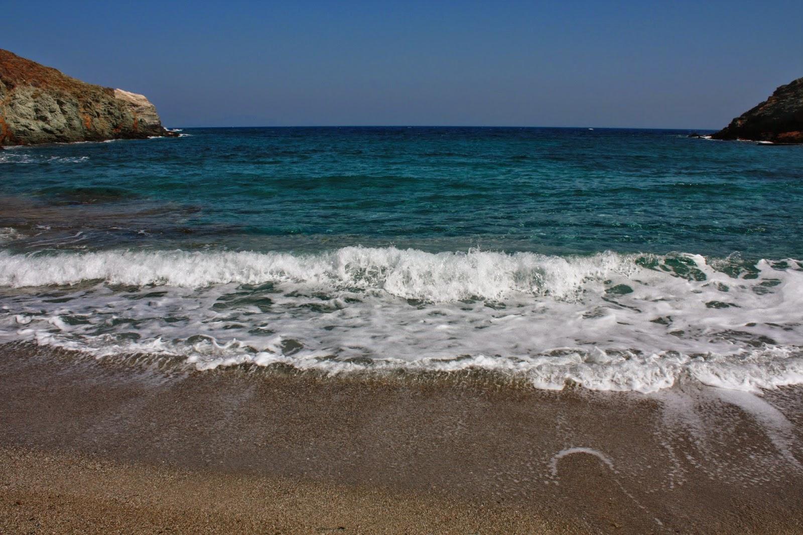 Frammenti di viaggi spiaggia aghios georgios isola di for Chauffer un garage non isole