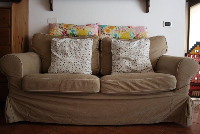 La casa della mamma rinnoviamo il divano cambiando le - Imbottitura cuscini divano ikea ...