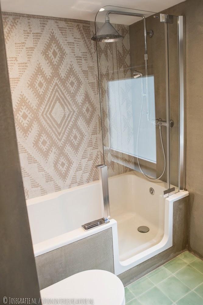 Wooninterieur Lavoir: Binnenkijken >> Badkamer met ons behang van ...