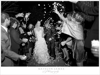 Tirar a los novios palomitas de maíz en una boda