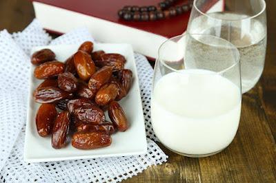 تعرف على فوائد الإفطار بالتمر والحليب في شهر رمضان