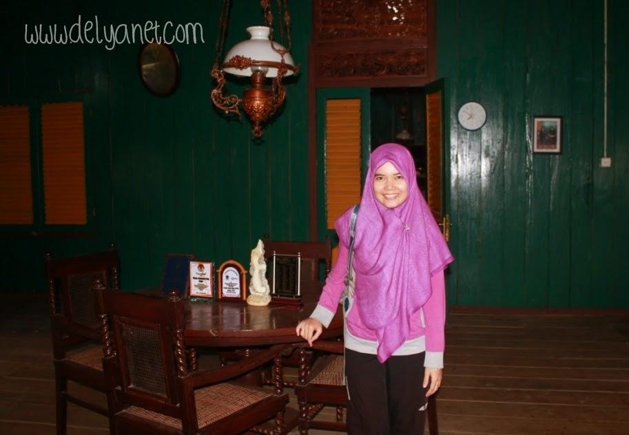 Mejeng di ruang tamu rumah adat Kampung Urug