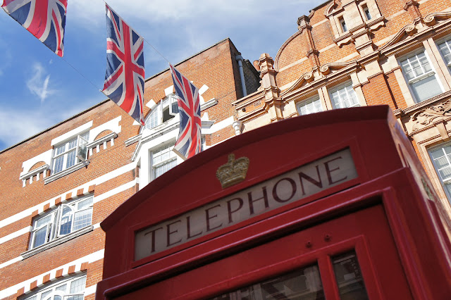 london flag telephone booth