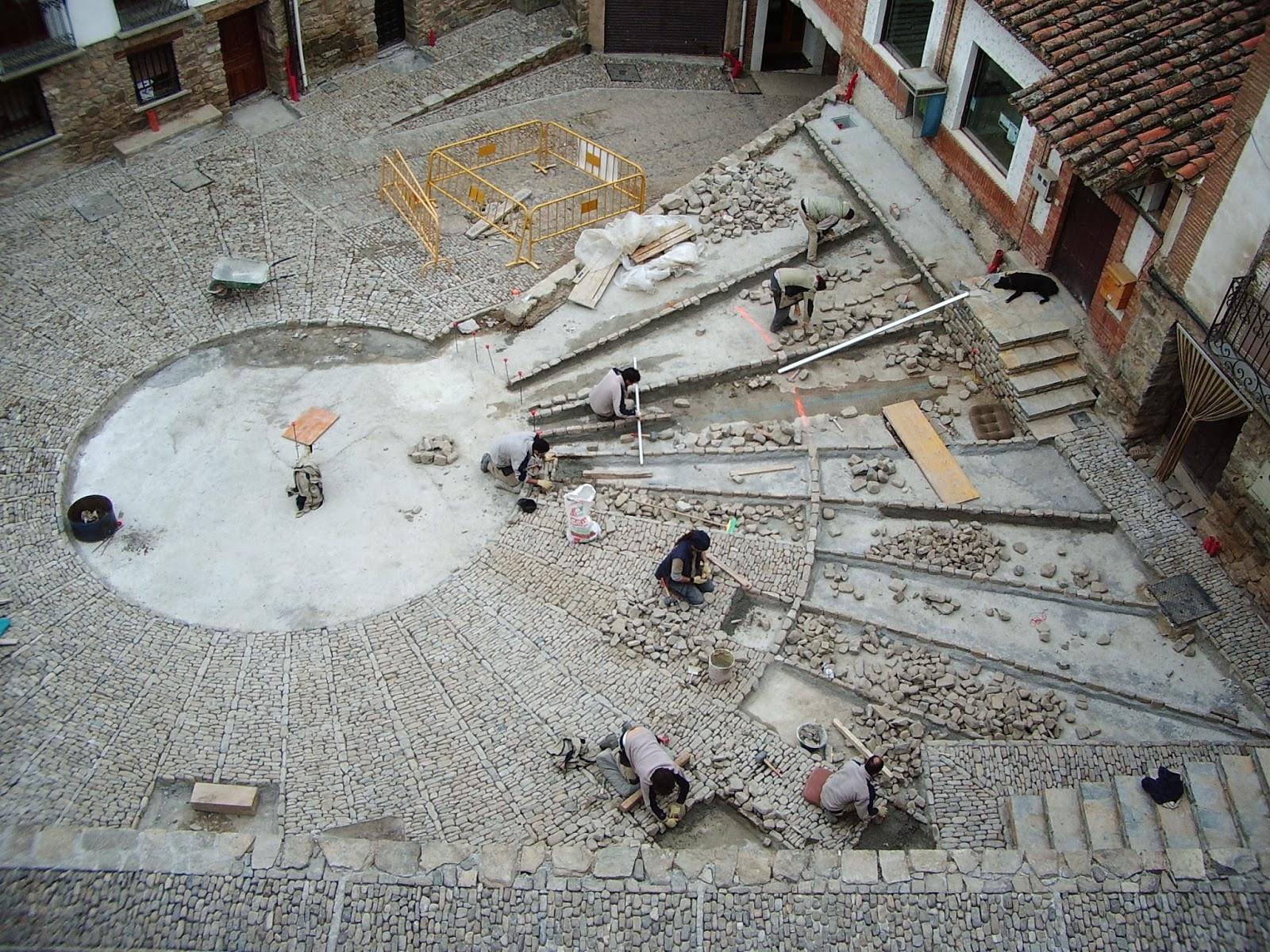 Detalle de la fábrica del empedrado de la Plaza del Olmo en San Román de Cameros