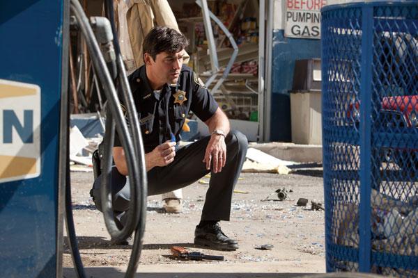 Super-8-jefe-de-policia-buscando-pruebas