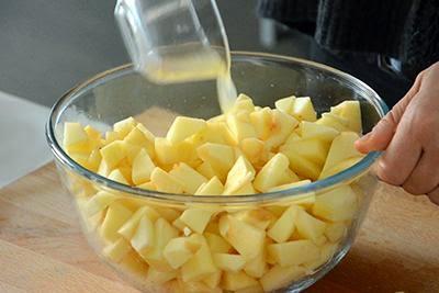 Torta di mele: tagliare a tocchetti le mele lavate e sbucciate