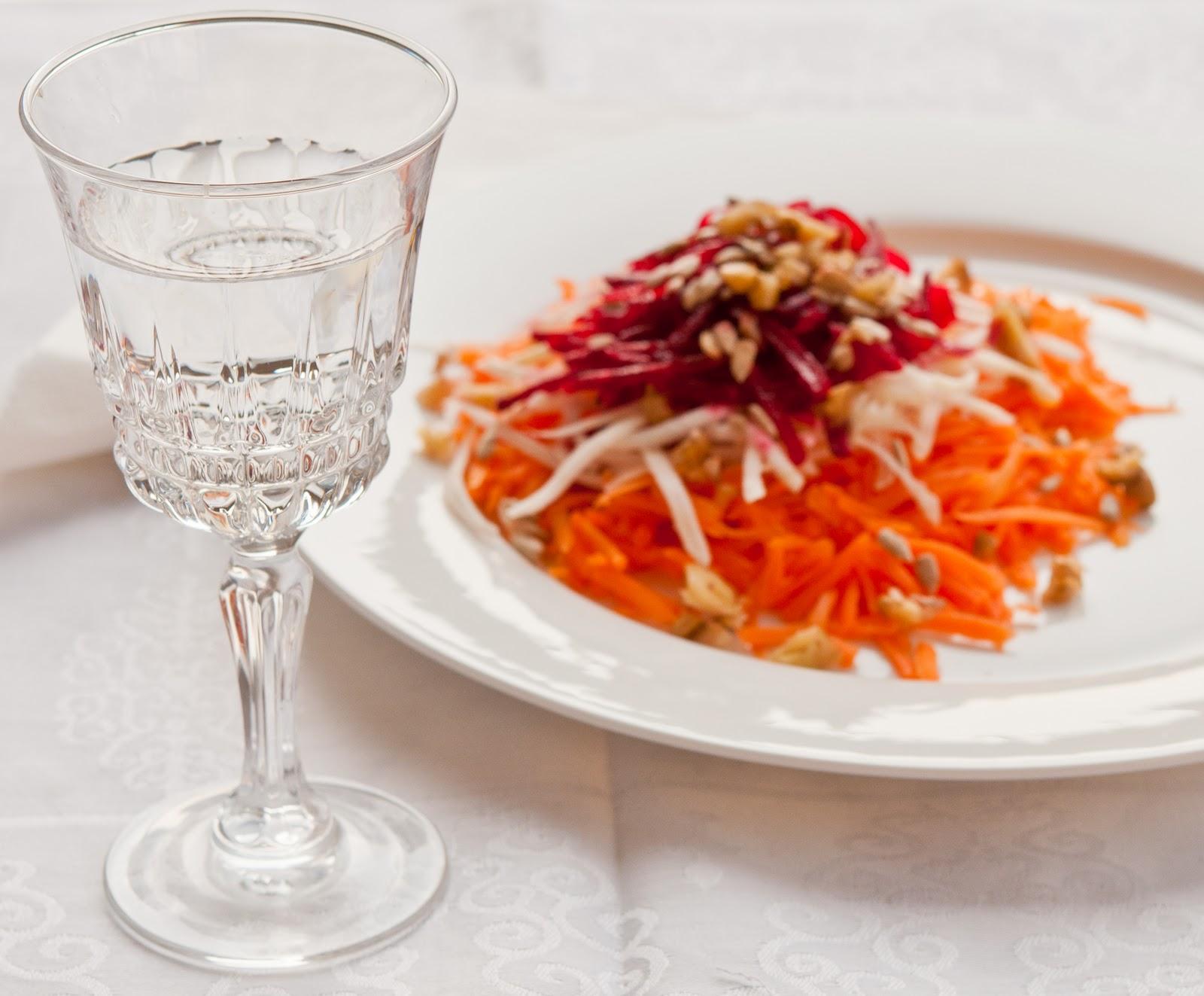 Зимна салата от червено цвекло, моркови и целина
