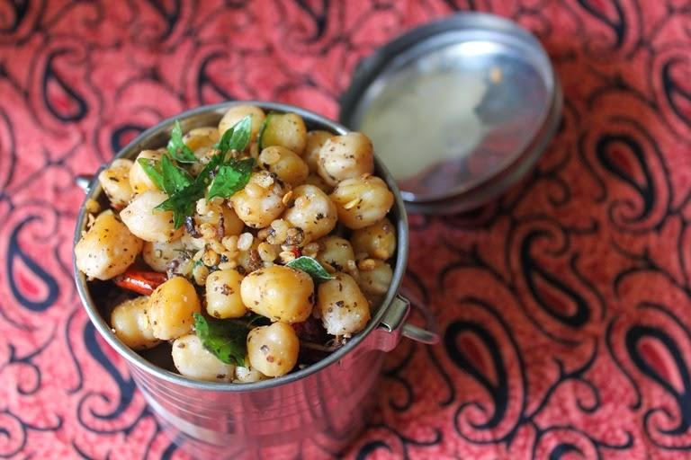 Chana Sundal / Chickpea Pepper Sundal / Kondakadalai Sundal - Navaratri Recipes