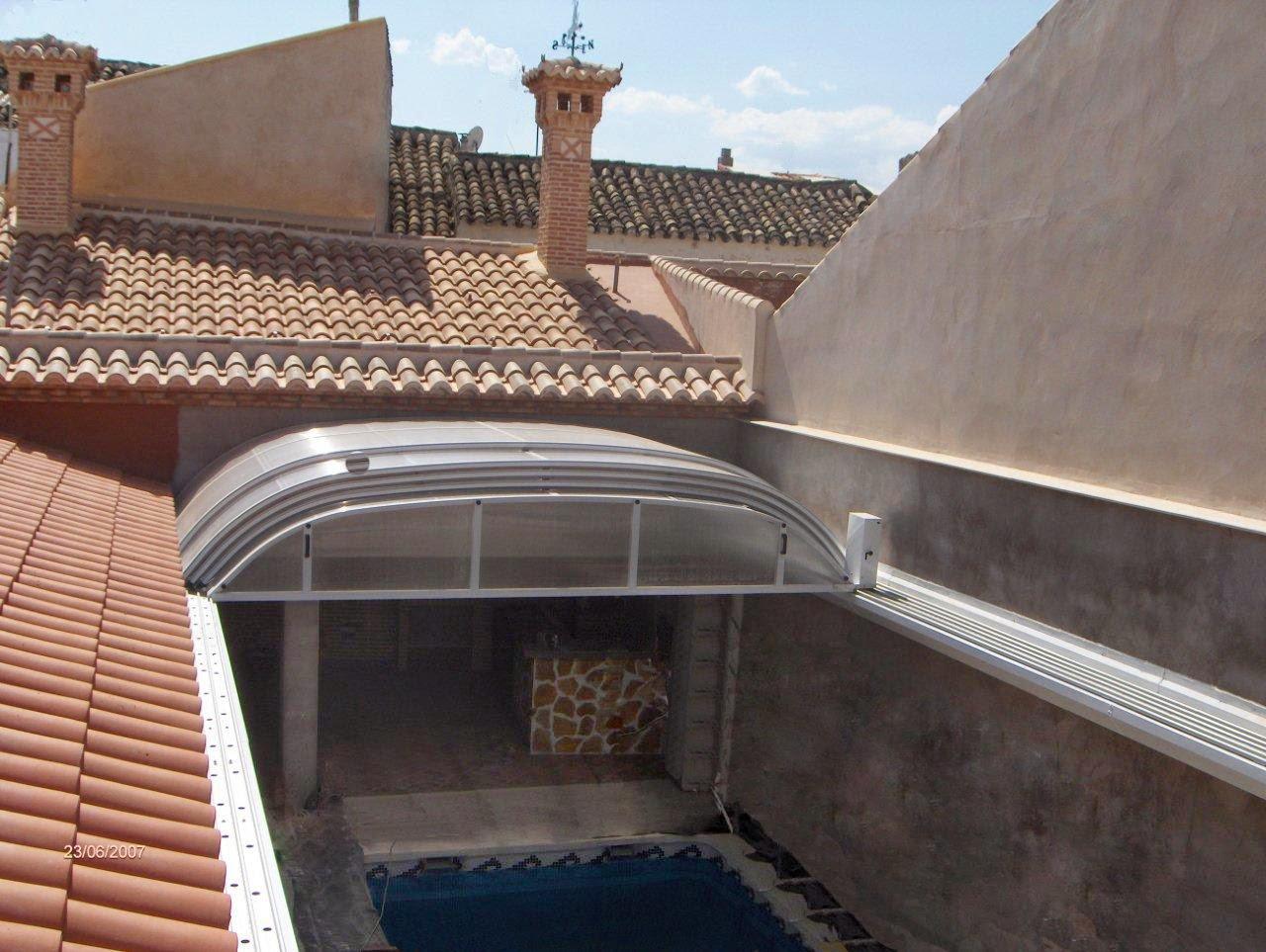 Policarbonato del techo o cubierta de la piscina for Cerramientos patios interiores