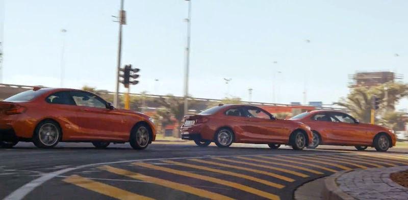 5台の「BMW M235i」がオフィス街で華麗なドリフトを披露