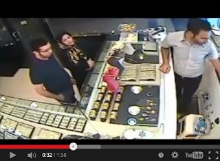 """فيديو .. امرأة تسرق """" اسورة ذهب """" بذكاء بالغ , شاهد"""