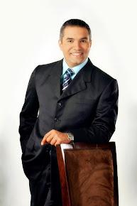 Asesor en comunicaciones, Néstor Estévez