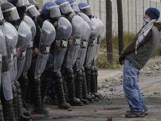 Homem provoca policias