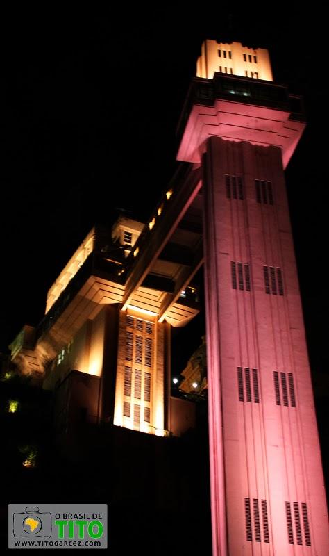 Iluminação rosa do Elevador Lacerda, no Centro Histórico de Salvador, na Bahia - Por Tito Garcez