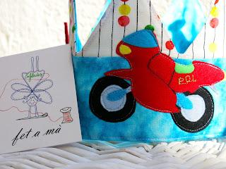 detall corona d'aniversari moto personalitzada feta a mà Pol - Enfilades.cat