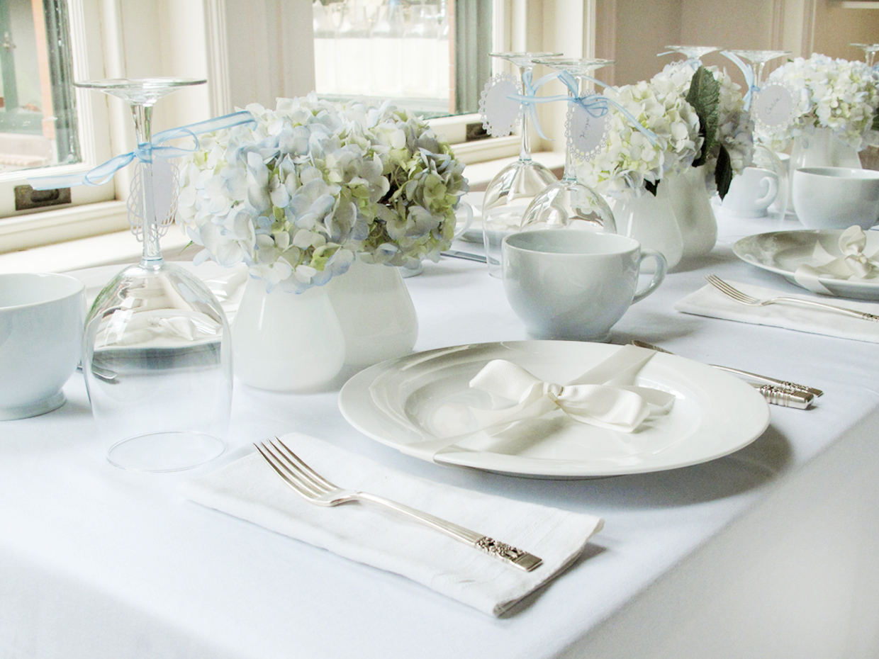 A beautiful all white table with just a hint of color from the beautiful hydrangeas on the table is such a delicate touch : setting a beautiful table - pezcame.com