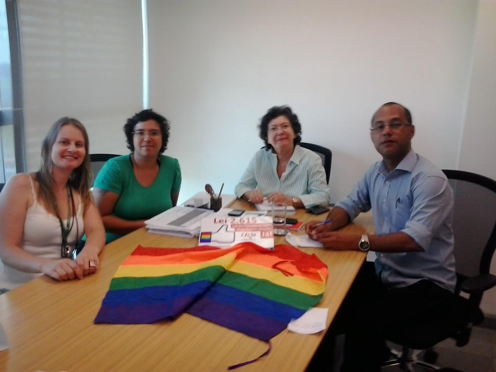 Arlete Sampaio com membros do Grupo Elos LGBT do DF (Foto: Reprodução/Elos)
